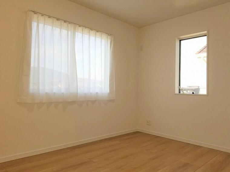 子供部屋 子供部屋・6帖。2面窓であたたかな光と気持ちの良い風が入り込む居心地の良いお部屋。