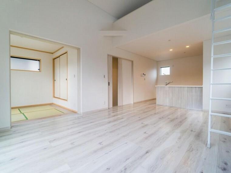 リビングダイニング 隣接するお部屋の扉を開放すればリビングと一体化してより広々した空間が生まれます。ダイニング