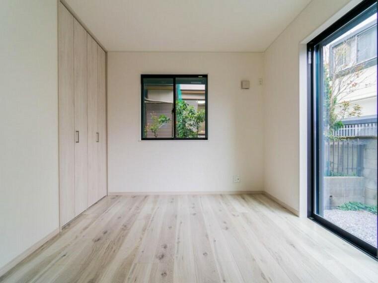 寝室 大きな窓で彩られた空間は、心地よい風と伸びやかな眺めを愉しむ特等席に。内装内観写真-寝室