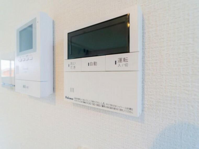 あらかじめ設定した温度でお湯張りや追い焚きが可能。キッチンからも操作できます。