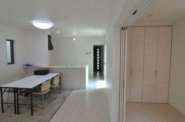 居間・リビング LDK15帖の広々リビング! 内装はホワイトベースの明るいデザインとなっております!