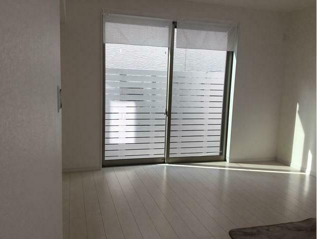 子供部屋 白くペイントされたフェンスが部屋を明るくしてくれます。