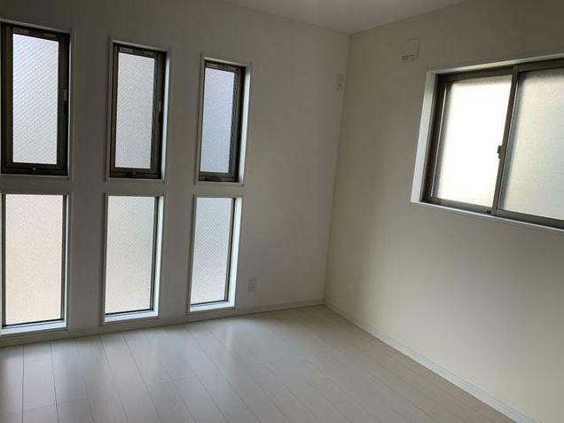 寝室 明り取りの小窓がおしゃれ。