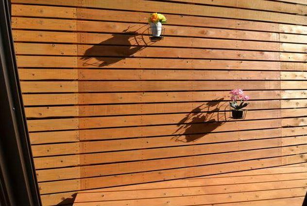 庭 リビングに続くウッドデッキ。ハンギンググリーンで華やかに。