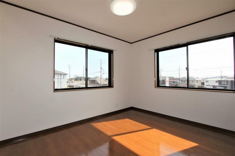 洋室 2階6帖の洋室です。南東向き、2面開口の日当たりの良いお部屋です。