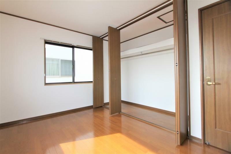洋室 2階6帖の洋室です。南西向き、2面開口の明るいお部屋です。収納に便利な大型のクロゼット付きです。