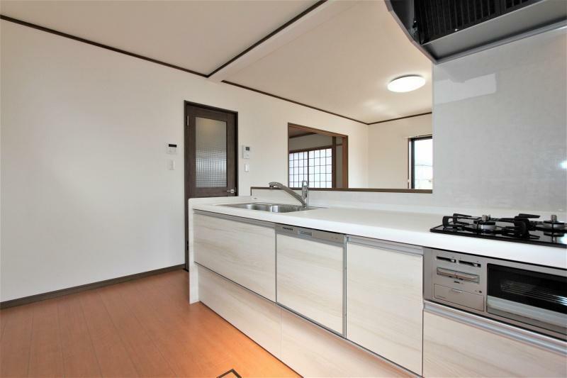 キッチン 新品のシステムキッチンに入れ替えました。ワークトップは見た目も美しい人造大理石です。忙しい奥様にうれしい食洗機も付いています。
