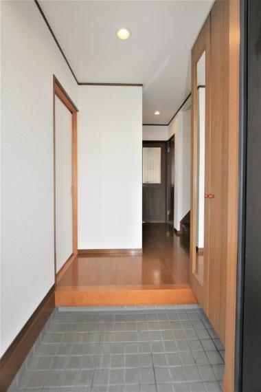 玄関 玄関には姿見付きの下駄箱付きです。お出かけ前の身だしなみチェックにも便利ですね。