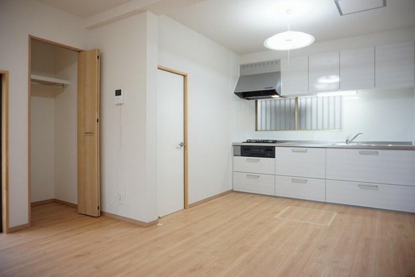 居間・リビング 約9帖のDK。クローゼットが付いているので家の中をすっきりと快適に保つことができます^^
