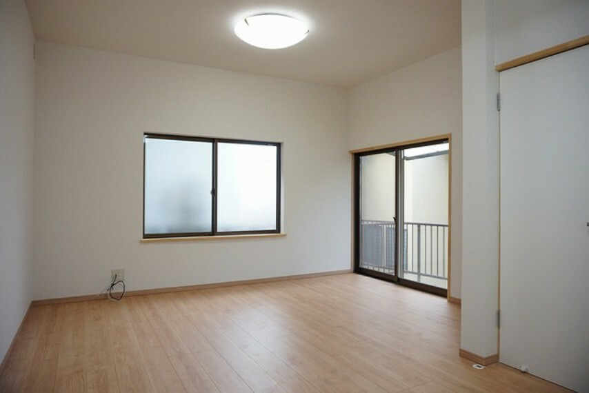居間・リビング ソファーや机、TVを置いてもゆとりのある広さです。家具を配置しやすい間取りとなっています^^
