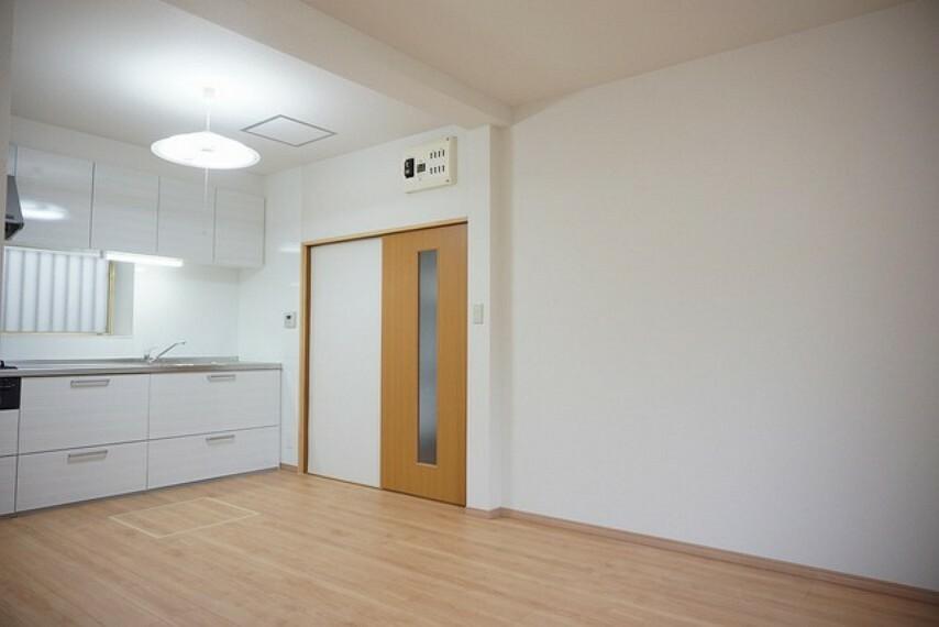 居間・リビング キッチンは壁付けにすることでリビングでの寛ぎを邪魔しない配置となっています。