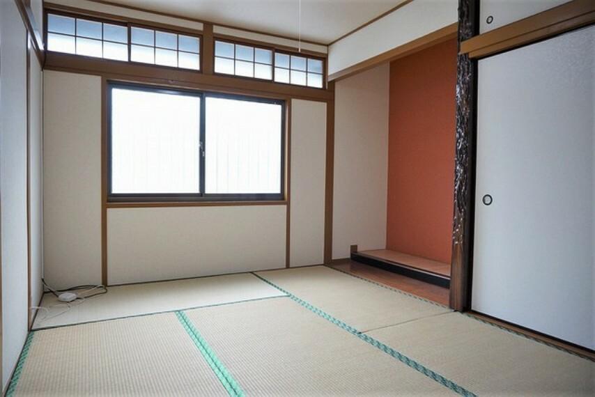 居間・リビング 玄関のすぐ横に和室が設けられています。来客時の客間として活躍してくれそうですね^^