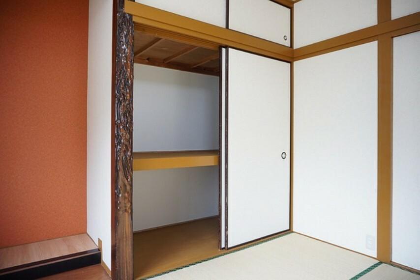 収納 床の間横の押入れは収納スペースがたっぷりと確保されています^^