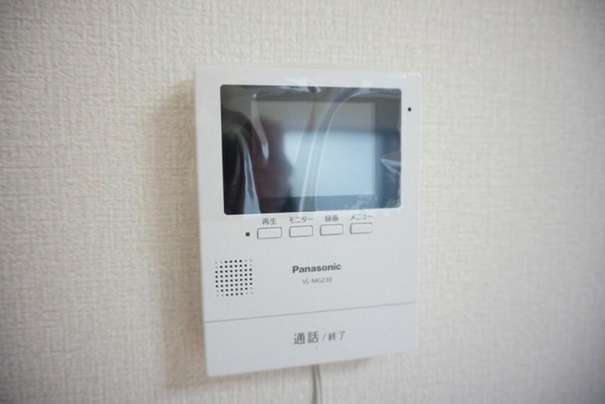 防犯設備 防犯性もばっちり、TVモニター付きインターフォン完備。大きなモニターで玄関先を確認できます。録画機能が付いているので不在時の訪問者も確認できて安心です^^