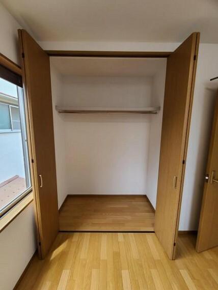 ウォークインクローゼット 洋室4.5帖:大容量の収納スペース!