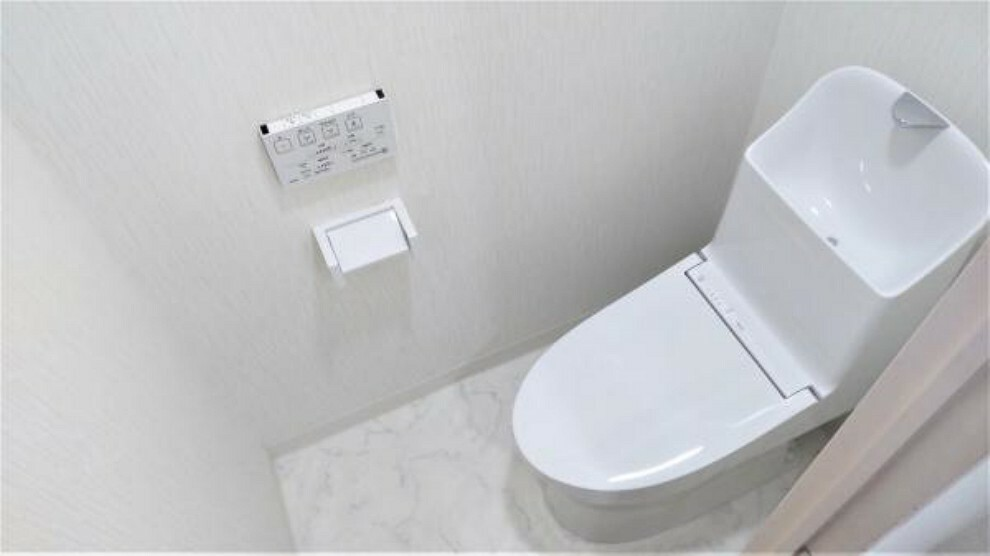 トイレ 【リフォーム後】トイレはTOTO製の温水洗浄便座トイレに新品交換しました。床はクッションフロアを貼り替えています。