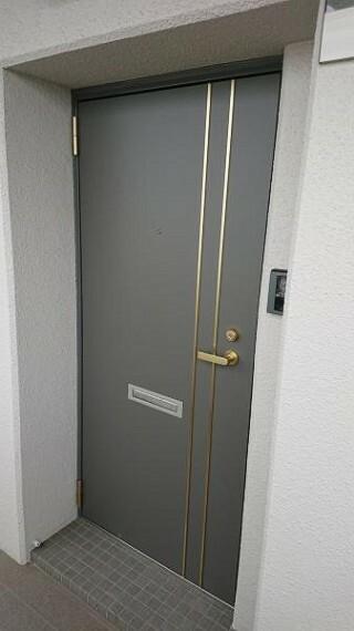 玄関ドアです。今回鍵は新しく作り直します。