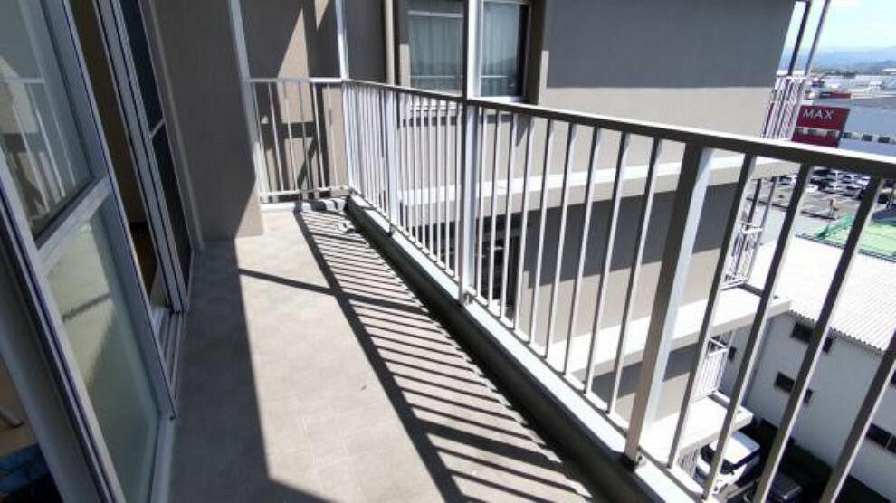 バルコニー 【リフォーム後】バルコニーは10.20平米あります。南向きで8階になりますので陽を遮るものもなく、洗濯物がすぐ乾きますね。