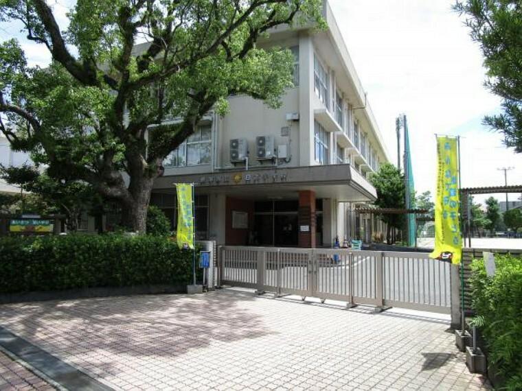 小学校 日吉小学校まで約1100m。
