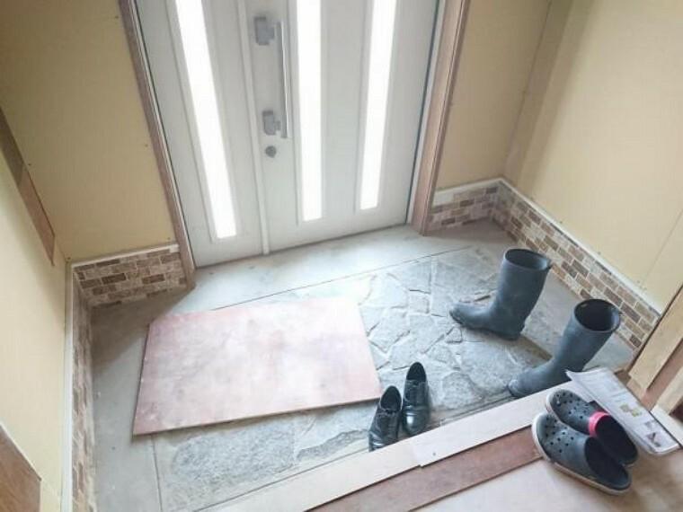 玄関 【リフォーム前写真】玄関内部には靴箱を新設致します。クロスの貼替え、照明交換を行います。お客様を迎える玄関は明るくスッキリとした印象にリフォーム致します。
