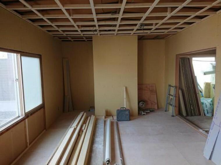 居間・リビング 【リフォーム前写真】リビング横1階和室の元収納です。こちらはテレビを置く場所に工事しております。裏は回れるように工事致します。