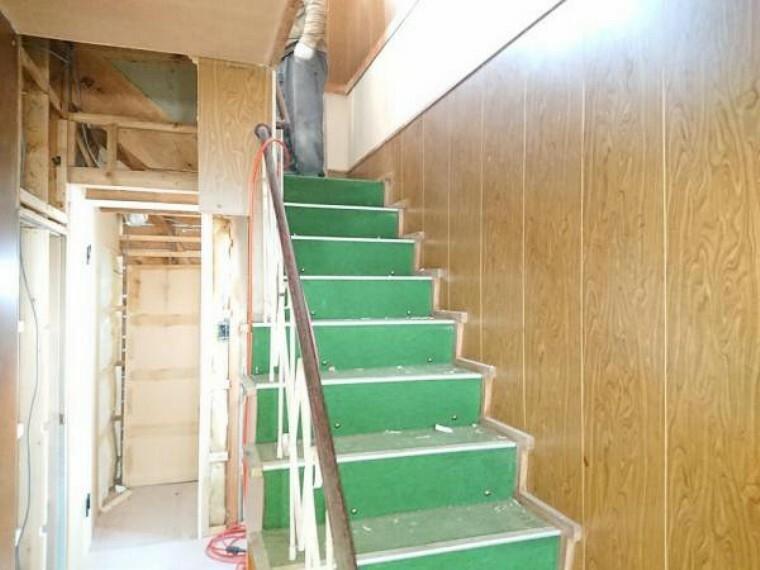 【リフォーム前写真】階段は、クッションフロアを張替し、小さなお子様やご高齢の方に配慮して、手すりの設置、滑り止めの設置を致します。安全性にも配慮しリフォーム致します。