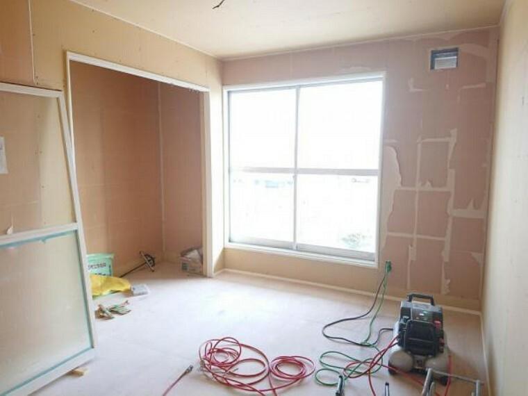 【リフォーム前写真】東側2階洋室です。クッションフロア、クロスの貼替え、照明器具の交換を行います。収納もつきますのでお子様のお部屋などにいかがでしょうか