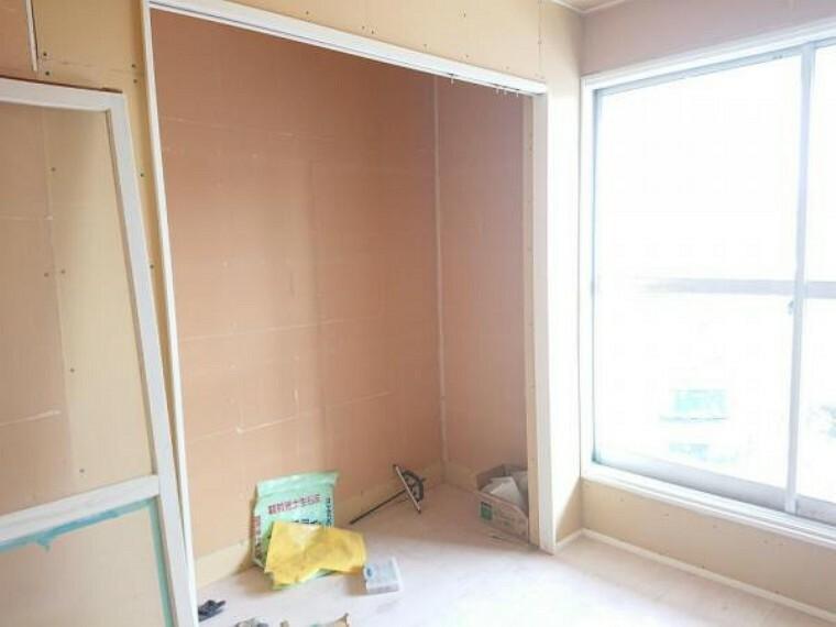 収納 【リフォーム前写真】東側2階洋室の収納です。収納は洋室の間取り変更に伴いクローゼットに変更致します。背の高いものを収納することができ、お部屋を広くお使いいただけますね