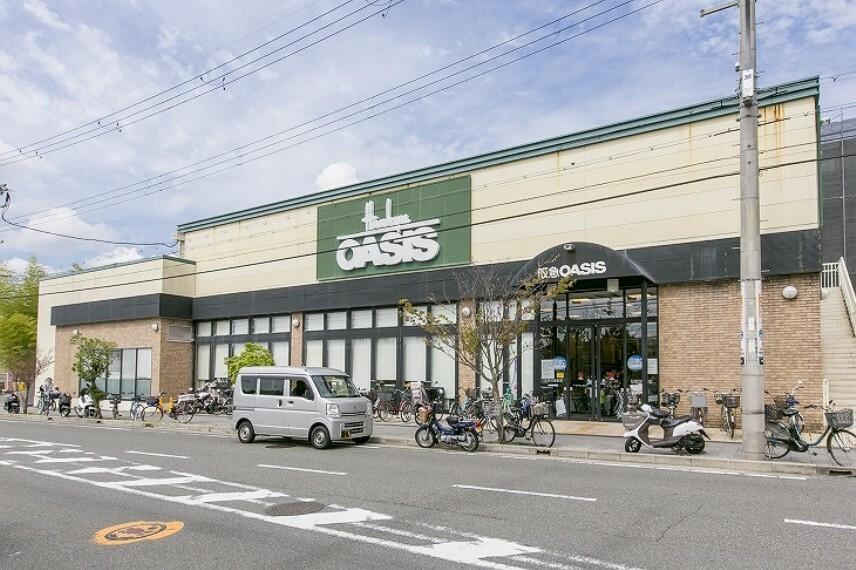 スーパー 徒歩10分(約800m)。営業時間9:30~21:00。プライベートブランド「阪急の味」を展開しているスーパー。駐車場があり、お車でのお買い物も快適。ご自宅への配送サービスも行っています。