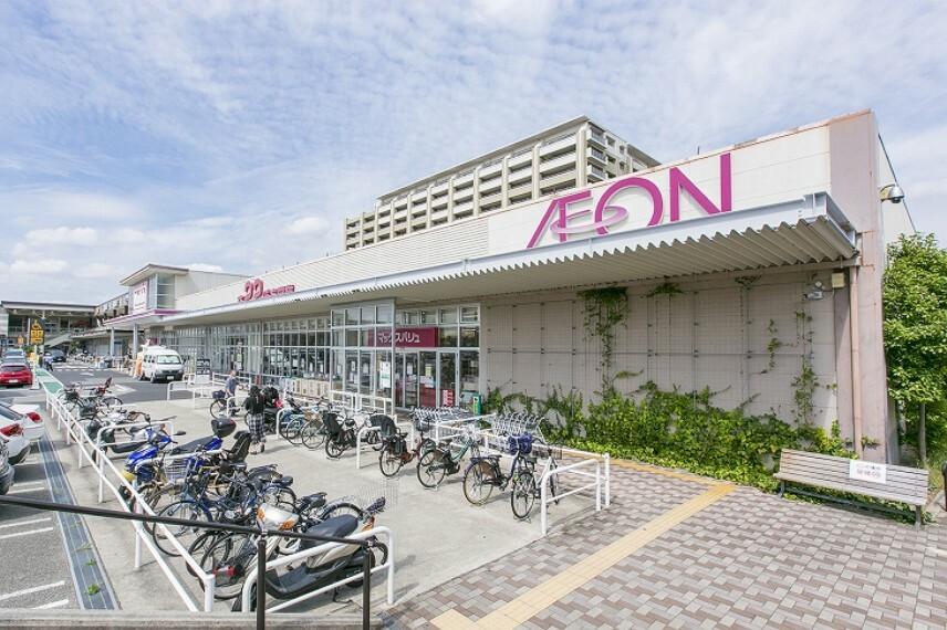 ショッピングセンター 徒歩19分(約1510m)。食品などが揃うマックスバリュ(営業時間9:00~22:00)と、ファッションや雑貨、グルメ、教育サービス、クリニックなどが入る専門店で構成されています。