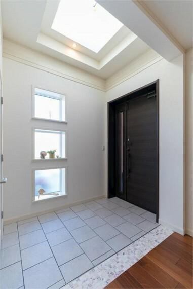玄関 小窓から光が入り、開放感と明るさが広がります。