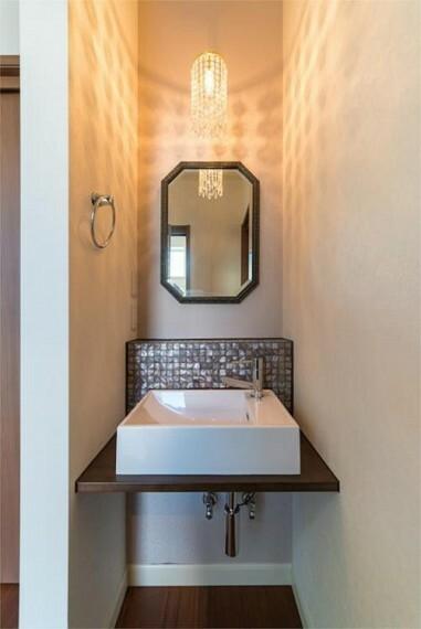 玄関 玄関スグにある洗面台で帰宅後の手洗いもできますね。