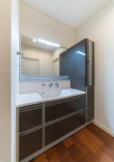 洗面化粧台 ワイドな鏡を備えた洗面化粧台。