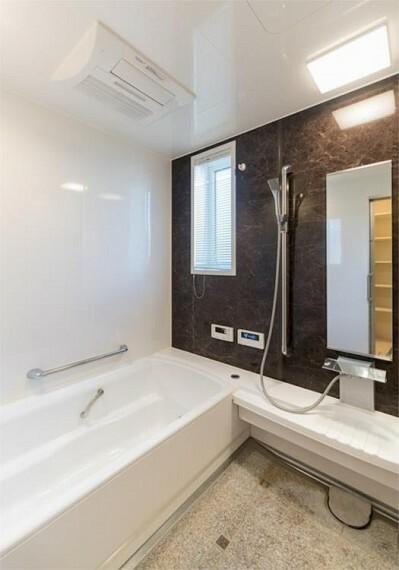 浴室 小窓から爽やかな光と風が入る浴室。