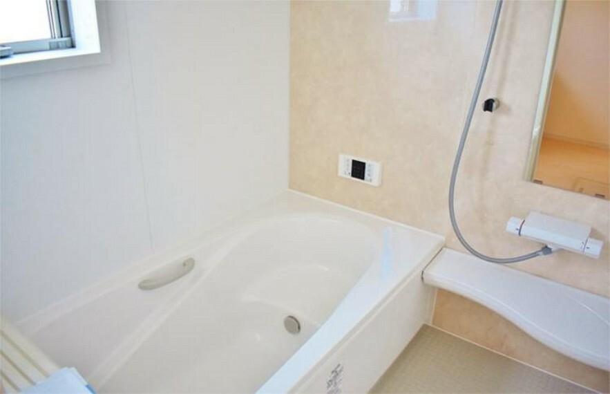 浴室 【施工例】半身浴もゆっくり楽しめる広々浴室は浴室乾燥機付きで雨の日のお洗濯にも大活躍