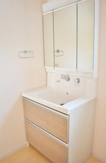 洗面化粧台 【施工例】収納付三面鏡で鏡で収納部分が隠せてスッキリした洗面台に!!