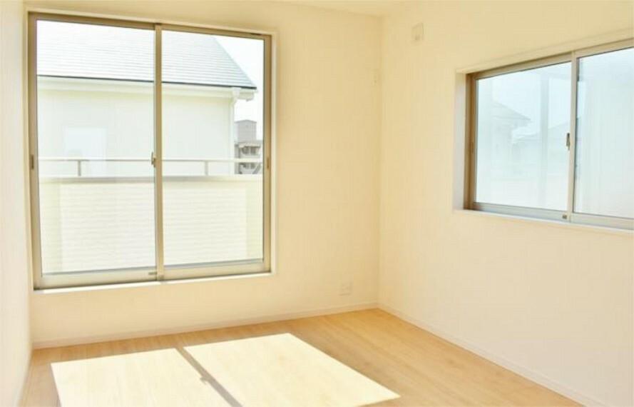 専用部・室内写真 【施工例】二面採光のお部屋は明るく風通し良好!全居室ペアガラスで断熱性・遮熱性があり結露が激減!