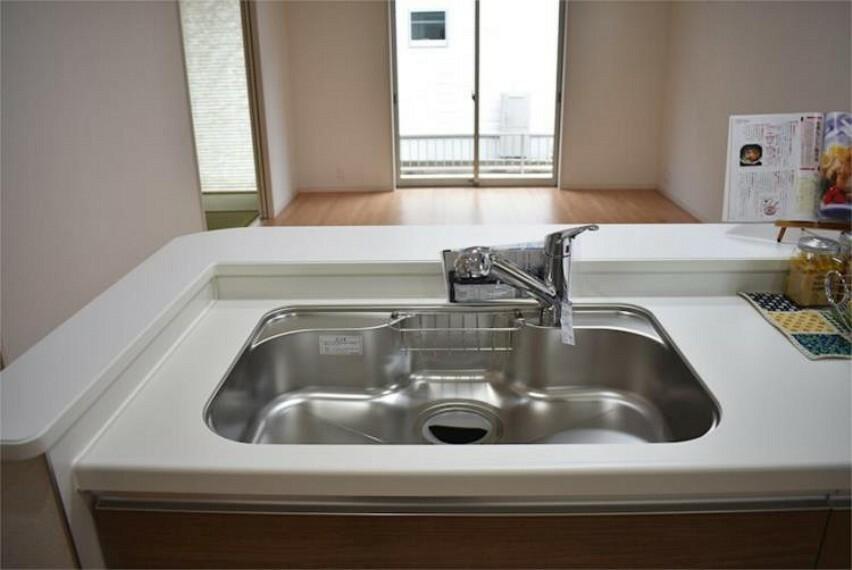 専用部・室内写真 シャワーヘッドは引き出し可能で、シンクの隅々まで洗い流すのに大変重宝します。