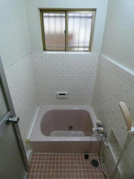 浴室 バスルームは面格子付きで換気とセキュリティを両立