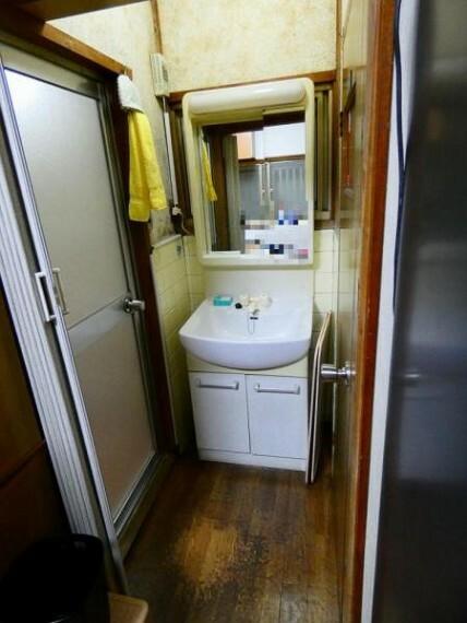 洗面化粧台 収納・鏡付きの洗面台は朝の支度に必須
