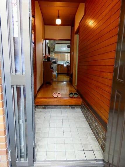 玄関 玄関部分は大型の荷物も搬入しやすい親子扉を採用