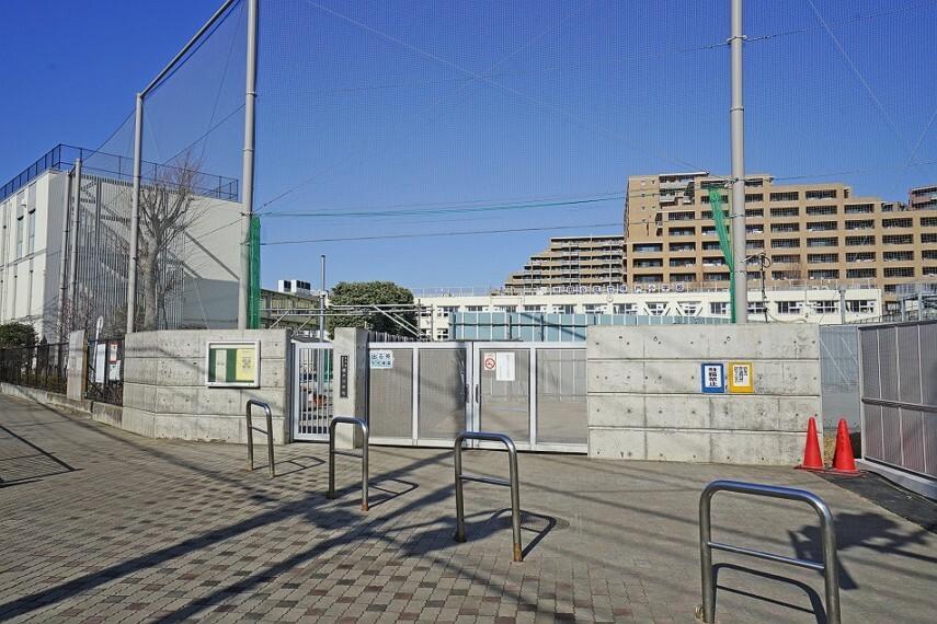 小学校 塚戸小学校(約550m/徒歩7分)通学校である「戸塚小学校」までは550m、徒歩7分。戸塚小学校周りに保育園や中学校もあるため、子育てが楽です。