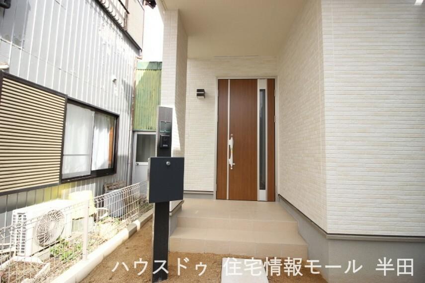 共用部・設備施設 プライベートな空間もしっかり確保できる玄関設計。来訪者を確認できるモニタ付インターホン付
