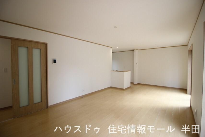 居間・リビング 開放感のある18.25帖LDKは家族が自然と集まる明るい空間。