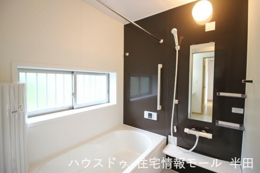 浴室 いつでも温かいお風呂に入れる追炊き機能付。 こもりがちな空気も換気できる窓付きの浴室