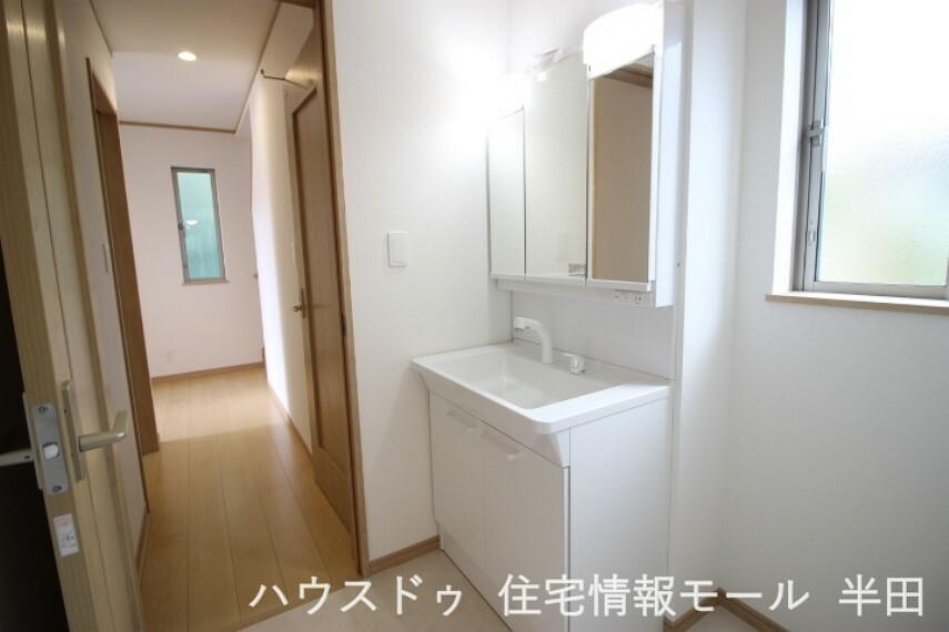 洗面化粧台 大きめの鏡とボウルで使い勝手の良いシャンプードレッサー