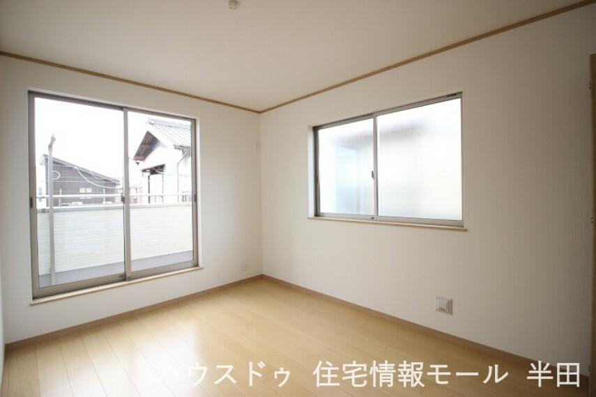 寝室 2階6帖洋室 バルコニーに面した明るい居室。