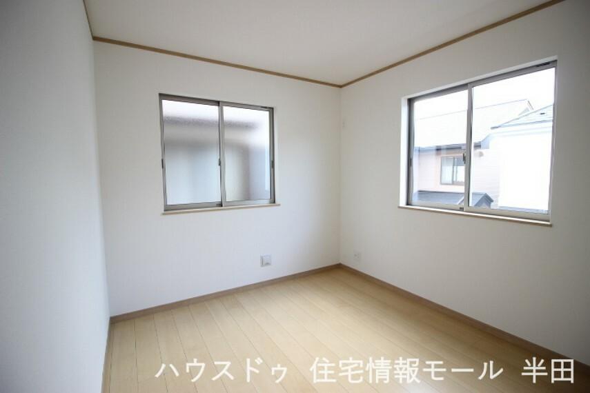 洋室 2階5.25帖洋室 2面採光で光をたっぷり取り込む明るい居室
