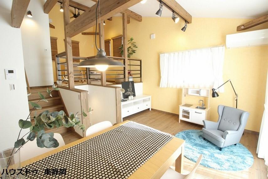 居間・リビング 14帖のLDK。天井や壁紙・仕切り壁等にこだわり、お洒落な空間になっています。