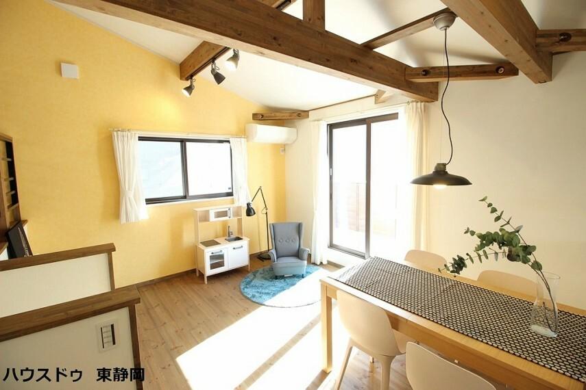 居間・リビング 南側の窓が大きく2面彩光になっているため、光を取り込みやすく明るいリビングになっています。